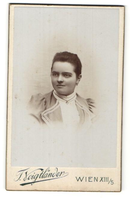 Fotografie F. Voigtländer, Wien, Portrait junge Frau mit zusammengebundenem Haar