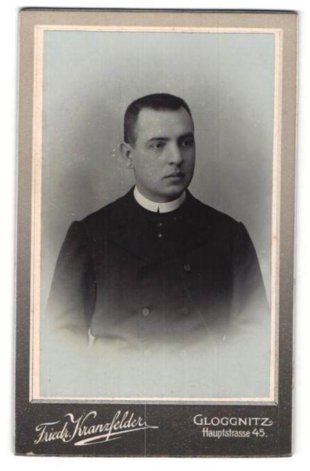 Fotografie Friedr. Kranzfelder, Gloggnitz, Portrait junger Geistlicher mit Bürstenhaarschnitt
