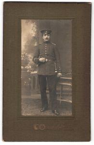Fotografie Carl Müller, Leer, Portrait Soldat in Uniform mit Ärmelband Gibraltar