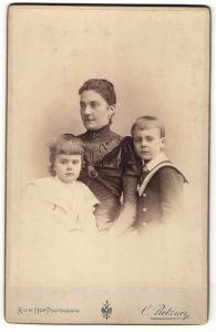 Fotografie C. Pietzner, Wien, Portrait bürgerliche Dame mit zwei Kindern