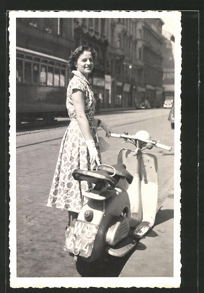 Foto-AK Junge Frau im Sommerkleid mit Lohner-Motorroller
