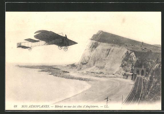 AK Blériot en vue des cotes d'Angleterre, Blériot in seinem Flugzeug über der englischen Küste