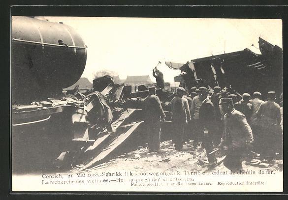 AK Contich, Eisenbahnkatastrophe 21. Mai 1908, Helfer am Wrack