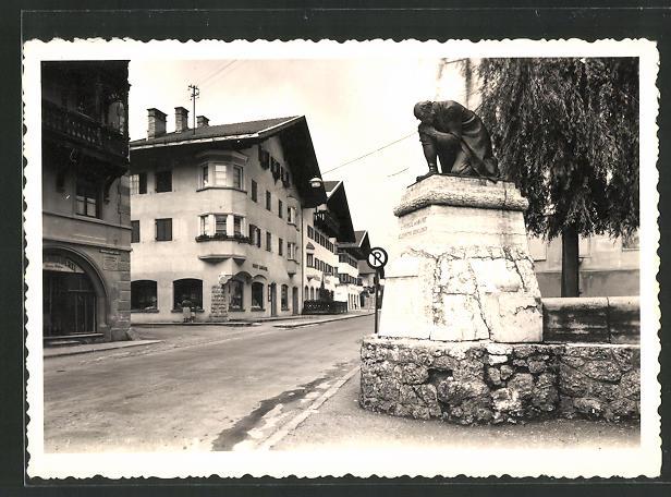 AK Wörgl, Gefallenen-Denkmal mit Strassenpartie 0