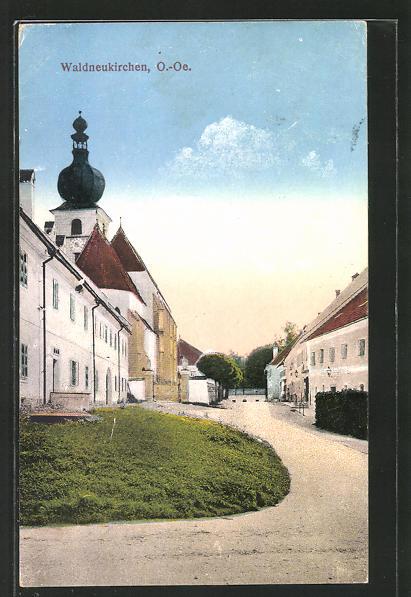 AK Waldneukirchen, Strasse mit Wohnhäusern und Kirchturm 0