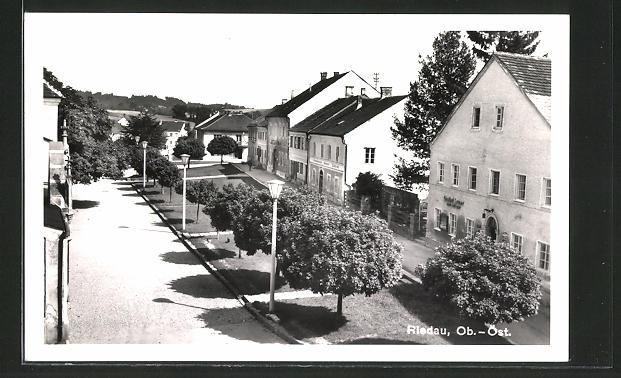 AK Riedau, Gasthof Leuer und Lindenheim Sankt Joseph mit Grünflächen 0