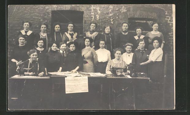 AK Gruppenportrait Damen an Nähmaschinen