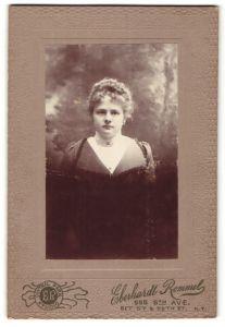 Fotografie Eberhardt Rommel, New York, Portrait junge Frau mit zeitgenöss. Frisur