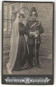 Fotografie Trauung in Uniform, Soldat mit Garde-Pickelhaube und Braut