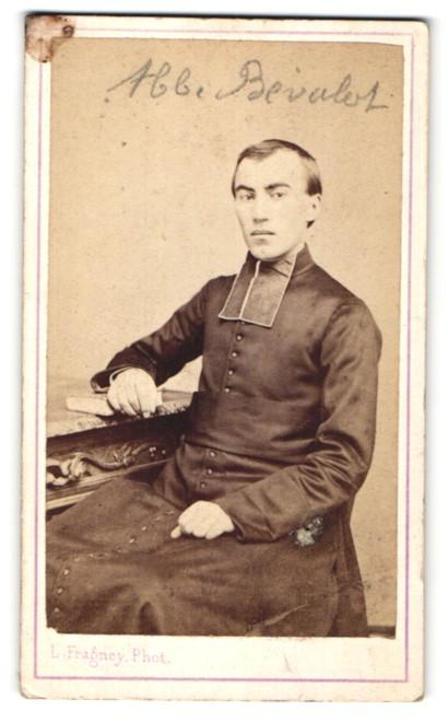 Fotografie L. Fragney, Besancon, Portrait Geistlicher in Ornat