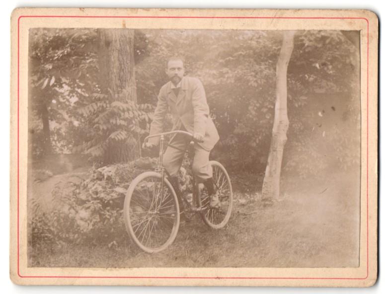 Fotografie Mann auf Fahrrad im Grünen 0