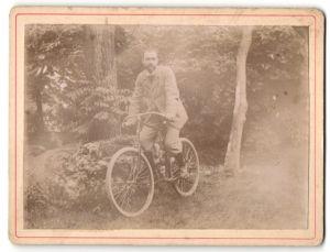 Fotografie Mann auf Fahrrad im Grünen