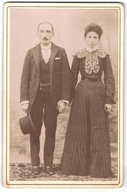 Fotografie unbekannter Fotograf und Ort, Portrait Paar in zeitgenöss. Kleidung