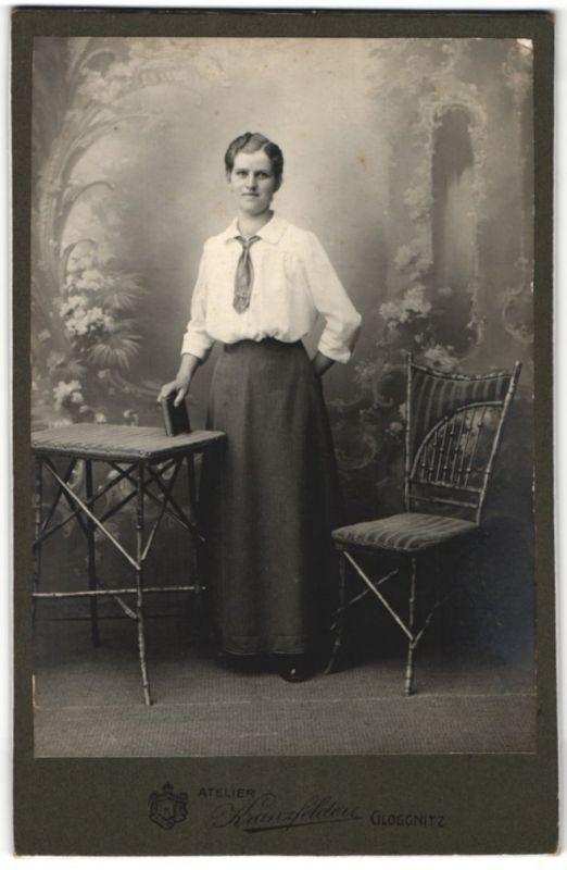 Fotografie Kranzfelder, Gloggnitz, Portrait Frau in zeitgenöss. Mode