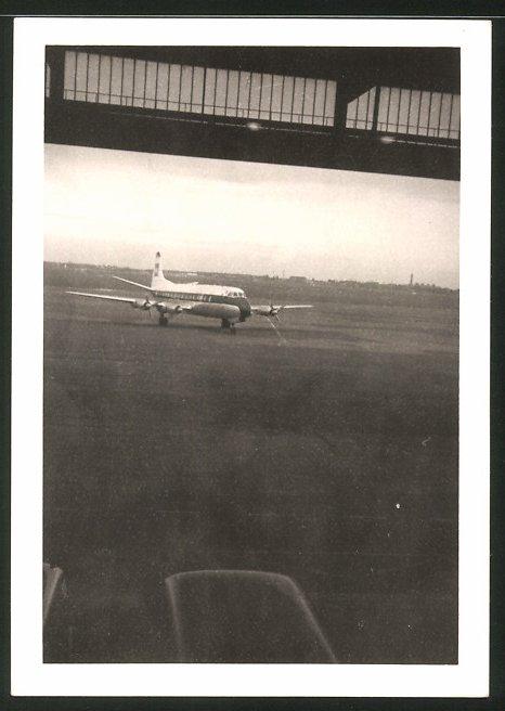 Fotografie Fotograf unbekannt, Ansicht Berlin-Tempelhof, Flugzeug DC-6 von einem Hangar aus gesehen