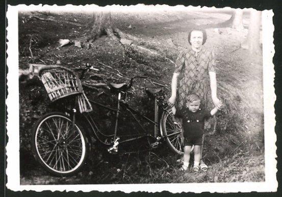 Fotografie Fahrrad-Tandem, Mutter & Kind neben Velo