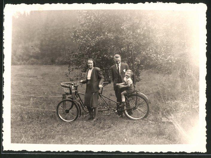 Fotografie Tandem-Fahrrad, Paar mit Kind während einer Ausfahrt