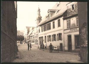 Fotografie Fotograf unbekannt, Ansicht Rüdesheim, Strassenansicht mit Metzgerei Leopold Rückes