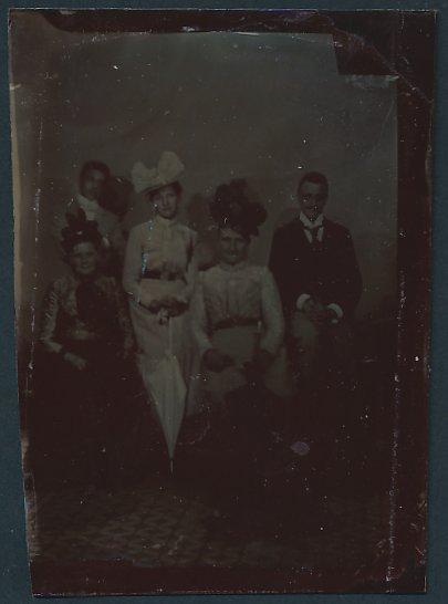 Fotografie Ferrotypie elegante Damen modisch gekleidet, junge Männer im Anzug