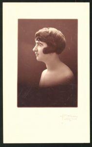 Fotografie Portrait junge Dame mit moderner Frisur