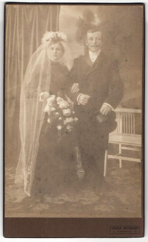Fotografie Oskar Petersen, Diepholz, junges Hochzeitspaar im feinen Zwirn kurz nach der Trauung
