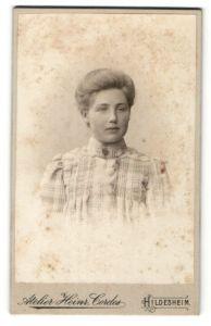Fotografie Heinr. Cordes, Hildesheim, Portrait junge Dame mit zeitgenöss. Frisur