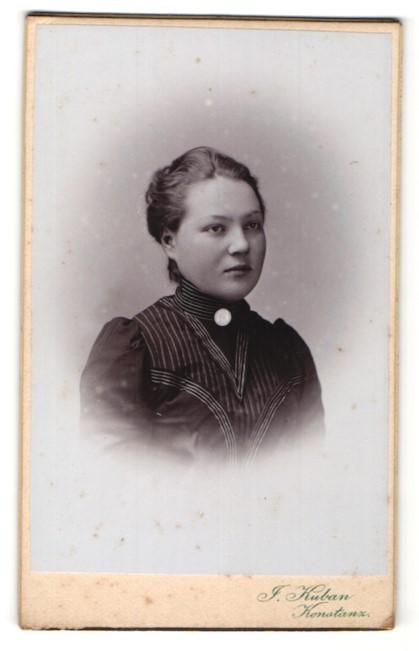 Fotografie J. Kuban, Konstanz, Portrait junge Dame mit zusammengebundenem Haar