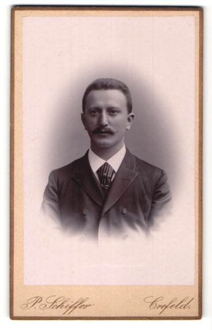 Fotografie P. Schiffer, Crefeld, Portrait Herr mit Bürstenhaarschnitt