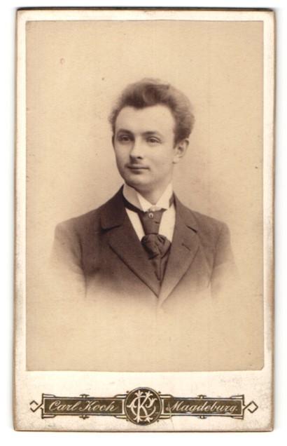 Fotografie Carl Koch, Magdeburg, Portrait junger Mann mit zeitgenöss. Frisur