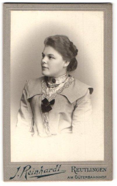 Fotografie J. Reinhardt, Reutlingen, Portrait junge Dame mit zusammengebundenem Haar