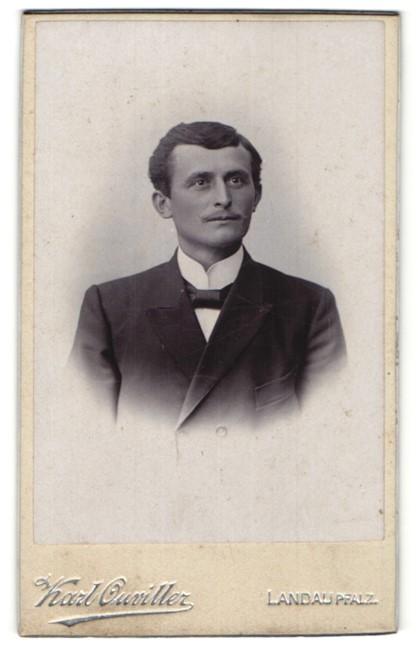 Fotografie Karl Ouviller, Landau, Portrait Herr mit zeitgenöss. Frisur
