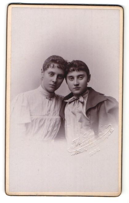 Fotografie Lantin, Aachen, Portrait zwei junge Damen Kopf an Kopf