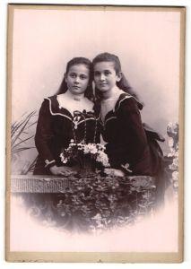Fotografie J. Dahlem, Bingen a/R, Portrait zwei Mädchen in identischen Kleidern, Schwestern