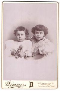 Fotografie Dimmers, Hoboken, NJ, Portrait Kleinkinder mit Puppe, USA