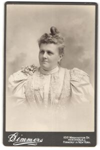 Fotografie Dimmers, Hoboken, NJ, Portrait Dame mit zeitgenöss. Frisur, USA