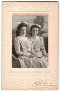 Fotografie J. Dahlem, Bingen a/Rh, Portrait zwei Mädchen in identischen Kleidern, Schwestern
