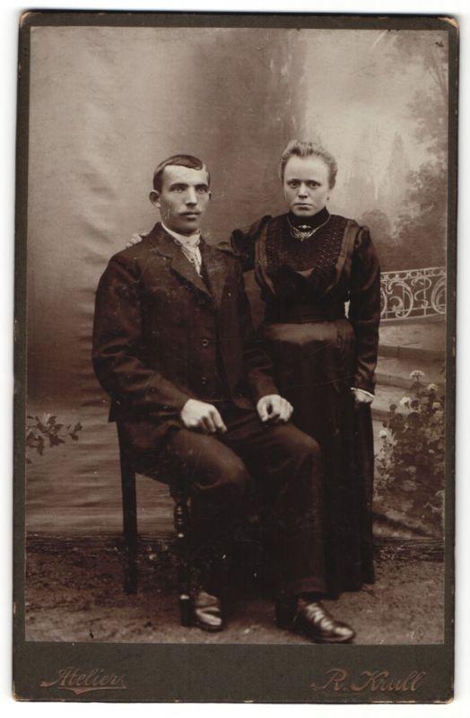 Fotografie R. Krull, unbekannter Ort, Portrait Paar in zeitgenöss. Mode