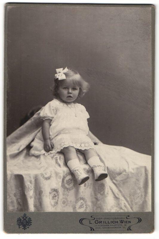 Fotografie L. Grillich, Wien, Portrait kleines Mädchen mit Haarschleife