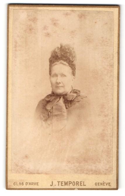 Fotografie J. Temporel, Genève, Portrait Dame mit zeitgenöss. Kopfbedeckung