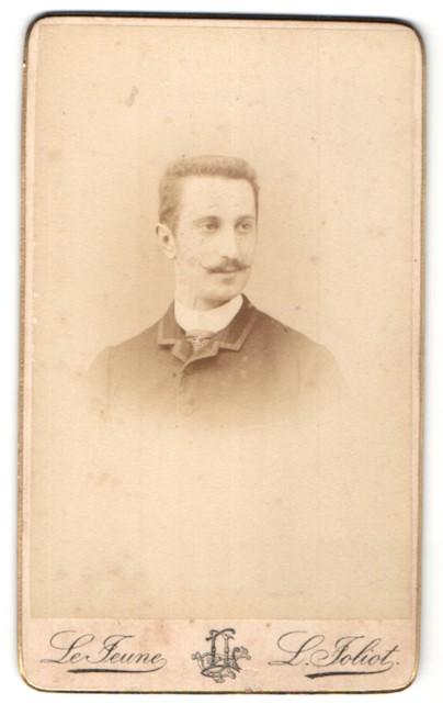 Fotografie L. Joliot, Paris, Portrait junger Mann mit Bürstenhaarschnitt