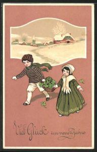 AK Kinder tragen einen mit Klee gefüllten Korb,