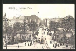 AK Berlin-Tiergarten, reges Treiben am Leipziger Platz mit Strassenbahnen