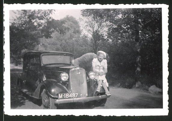 Fotografie Auto Chrysler, hübsche Dame auf Kotflügel sitzend, Kfz-Kennzeichen M-18487