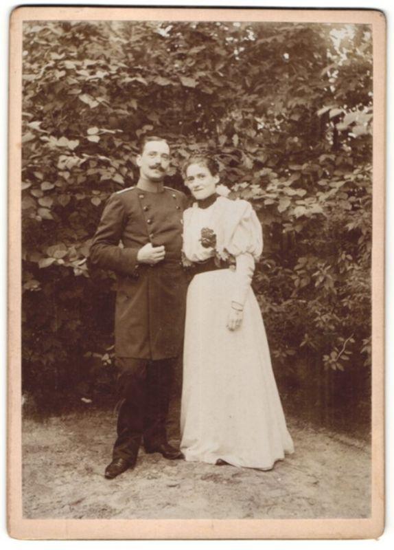 Fotografie Fotograf und Ort unbekannt, Hochzeit Soldat in Uniform nebst Braut im Brautkleid