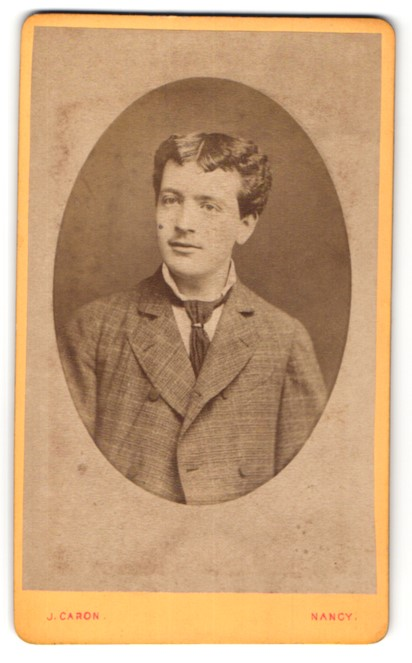 Fotografie J. Caron, Nancy, Portrait junger dunkelhaariger Mann mit Mittelscheitel und Krawatte