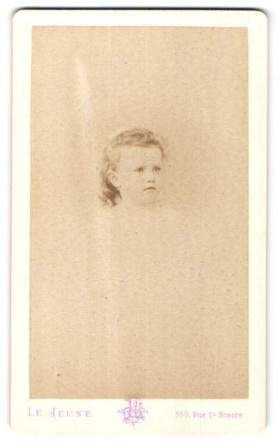 Fotografie Le Jeune, Paris, Portrait niedliches kleines Mädchen mit zurückgebundenem Haar und Ohrringen