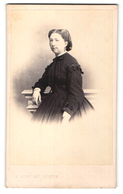 Fotografie A. Bury, Lille, Portrait ältere Hübsche Dame mit Haarnetz im prachtvollen Kleid mit Schleifen