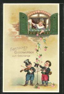 Präge-AK Herzlichen Glückwunsch zum Geburtstage, Frau am Fenster wirft Blumen in Zylinder musizierender Kinder