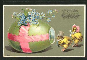 Präge-Lithographie vermenschlichte Osterküken betrachten das grosse Osterei,
