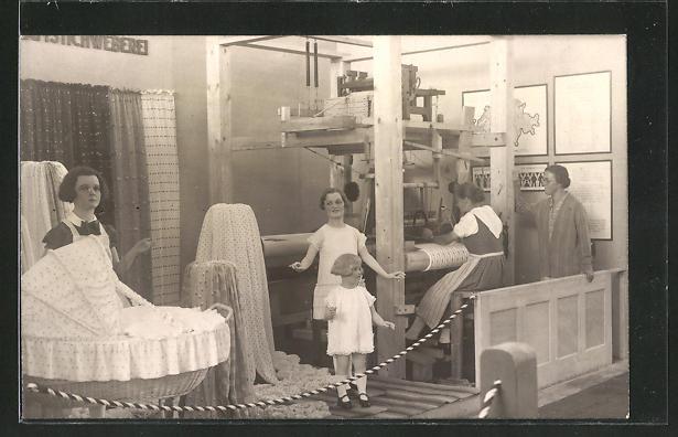 AK Frauen in der Teppichweberei mit Puppen